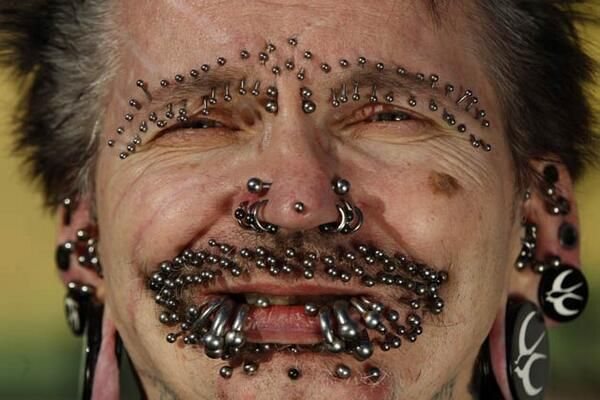 Guinness World Record holder for the Most Pierced Man Bucholz shows some of his 453 piercings in Dortmund. pic.twitter.com/KGtYUTonr2