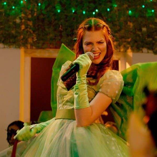 Auch Laura Berlin aka Charlotte Montrose ist in Smaragdgrün natürlich wieder am Start!
