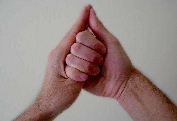 El Shankh- mudra trabaja los problemas de garganta y nos ayuda a estimular la capacidad de comunicación, tanto a la hora de hablar como de escuchar. Practicar 3 veces al día 15 minutos, rodea el pulgar izquierdo con los 4 dedos largos de la mano derecha y apoya el pulgar derecho en el dedo medio de la mano izquierda