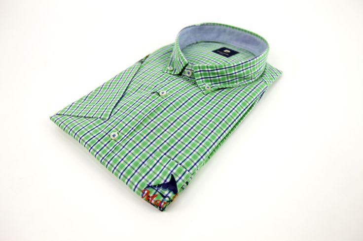 Koszula Pierre Cardin zielona w niebiesko-białą kratkę. Idealna na wiosnę/lato z krótkim rękawem. Naszycie z przodu na kieszenie i na prawym rękawie. Skład: 100% bawełna.
