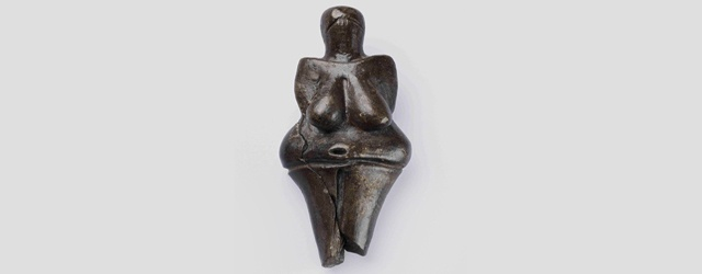 Μοντέρνα τέχνη 40.000 ετών;    Η επίσημη χρονολογία γέννησης της αφαίρεσης στην ιστορία της τέχνης τοποθετείται στις αρχές του 20ου αιώνα. Αναμφισβήτητα. Μήπως όμως η αφαίρεση έχει τις ρίζες της πολύ βαθύτερα από όσο γνωρίζουμε;