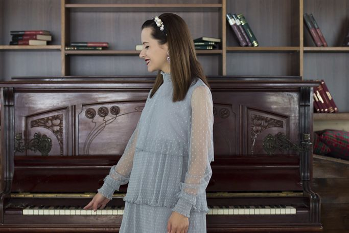 Vintage piano and a fancy look! #vintagepiano #tulledress #greydress #romanticlook #mididress #pearls #visiononfashion #fashion #fashionblogger #ootd