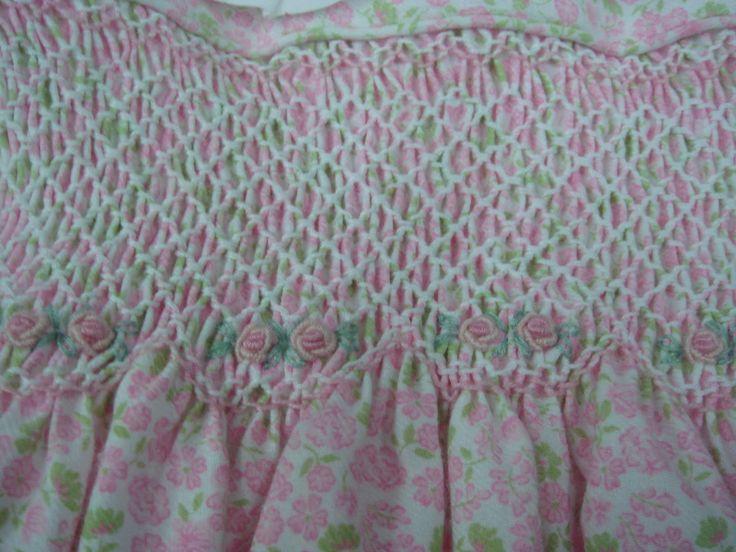 NIDO DE ABEJA: Un tipo de bordado empleado en trajes de niñas, en el período de entreguerras.