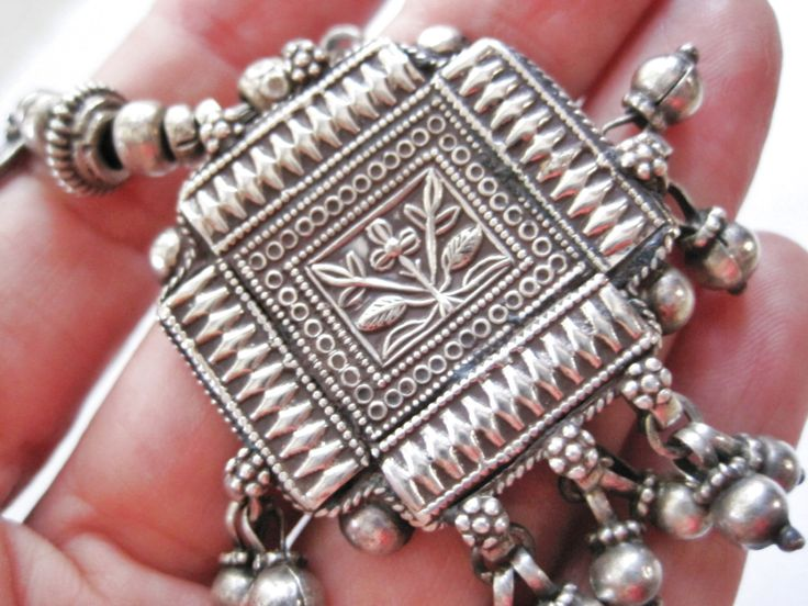 Vintage Tribal ketting, Rajasthan Choker, Indiase zilver, Amulet ketting. Indiase tribale sieraden, etnische sieraden door Anteeka op Etsy https://www.etsy.com/nl/listing/254890744/vintage-tribal-ketting-rajasthan-choker