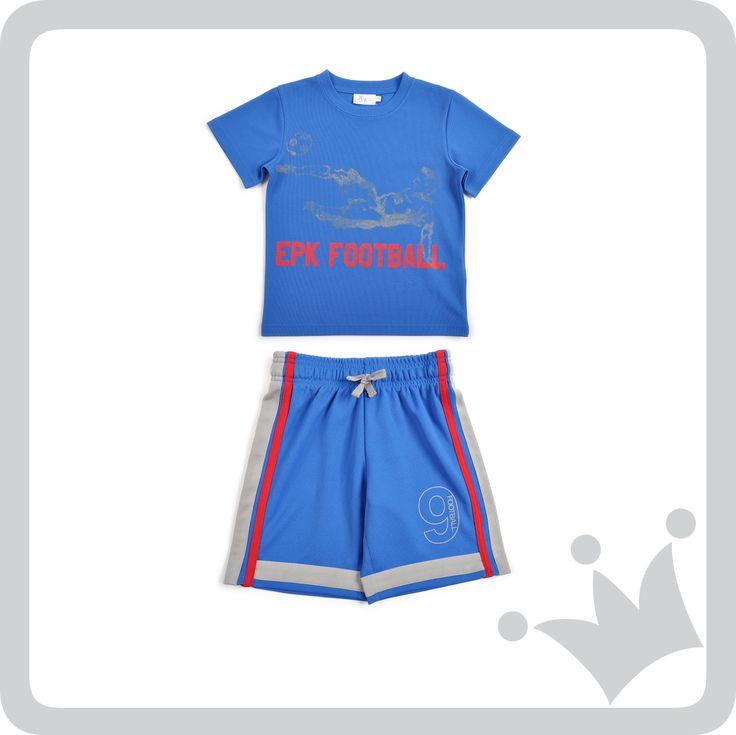 Para todos los niños que aman hacer deportes recomendamos esta camiseta y bermuda con diseños alegóricos al fútbol ideales para la ocasión.