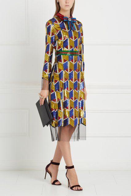 Платье с пайетками Gucci - Эффектное платье из коллекции известного бренда Gucci, Модель приталенного силуэта расшита желтыми и синими сверкающими пайетками в интернет-магазине модной дизайнерской и брендовой одежды