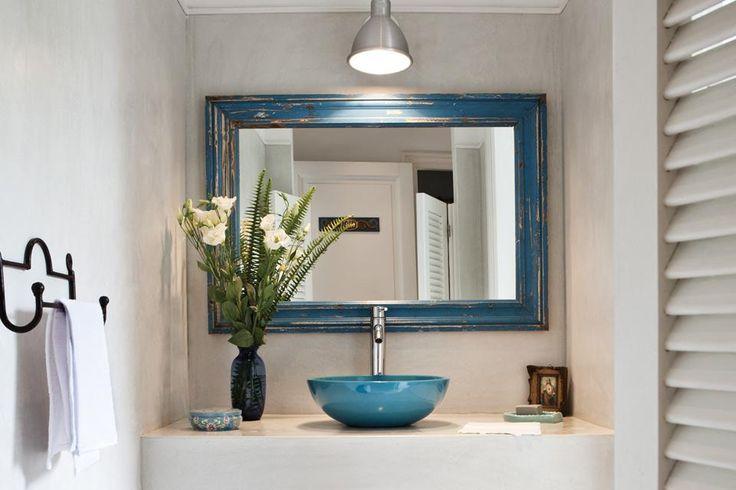 Una simpática puerta vaivén (Tecnodisegno) da acceso al antebaño con una mesada de cemento alisado (Juan Ashworth) con bacha de 'Il Bel Bagno' (Grès Casa) y espejo de marco decapado (Lo de Atilio).  /Santiago Ciuffo