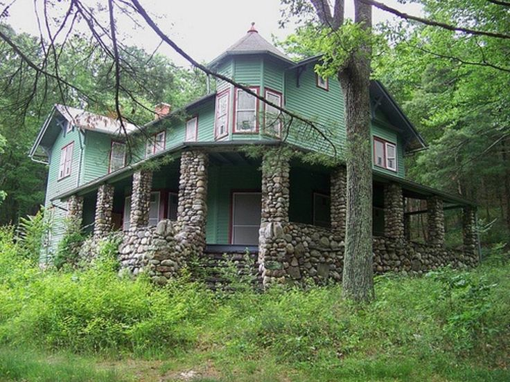 The Crane-Goldhardt House was built in 1906 as a summer home for vaudeville actors. it sits empty since its seizure by the federal government for the Tocks Island Dam Project, but later found out the ground was not stable enough to support a dam. Sad !!!