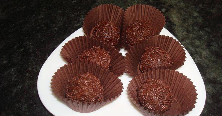Fabulosa receta para Trufas de la  iaia . Después de probar muchas recetas de trufas, al fin di con ésta: fácil, resultona y económica (siempre que llegue a tiempo de hacerlas antes de que mi marido se haya comido todo el chocolate de reserva).
