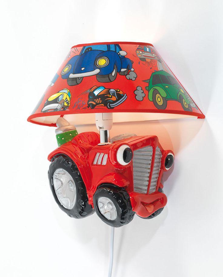 Ea Belysning står bak denne kjempesøte vegglampen i malt gips. Lampen har form som en sjarmerende, rød traktor og en skjerm i rødt med bilder av biler.