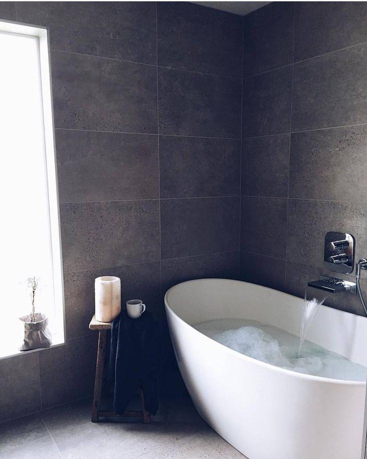 Enn å senke seg ned i dette deilige badekaret akkurat nå Virkelig flott bad du har @sandratherese88  . Litt senere i kveld annonserer vi de siste Ukens Bad finalistene før denne konkurransen tar seg en måneds ferie. Ukens Bad vil altså være tilbake igjen i august #rørkjøp