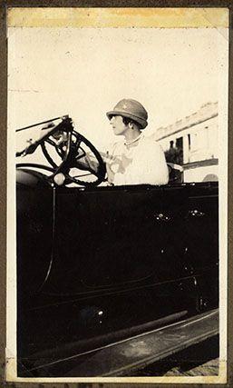 Victoria Ocampo en automóvil, en 1922.
