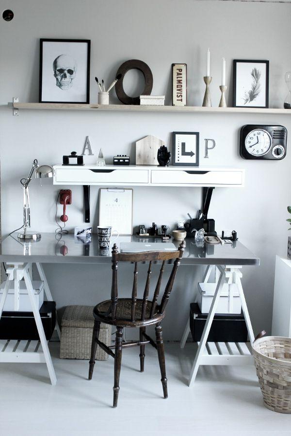 renovera arbetsrum, arbetsrum, bilder före och efter renovering, arbetsrum i grått och vitt, vit parkett, tarkett, epoque ask white pearl, ikea, arbetsbord, skrivbord ikea, print svart och vit, fjäder print, skrivbordslampa silver, rostfri bordsskiva på vita bockar, rostfritt, prints, stämplar, röd gammal telefon, inspiration arbetsrum, inredning arbetsrum, bokstäver på väggen, gamla skyltar, gamla svarta stämplar, svart och vit mugg med text, skrivbordsstol, grå målad vägg i arbetsrummet…