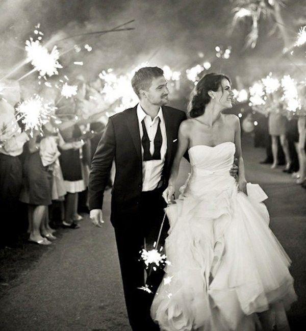 Бенгальские огни могут занять достойное место на вашей свадьбе - яркие снимки, незабываемая встреча или проводы гостями жениха и невесты.    #wedding #bride #flowers