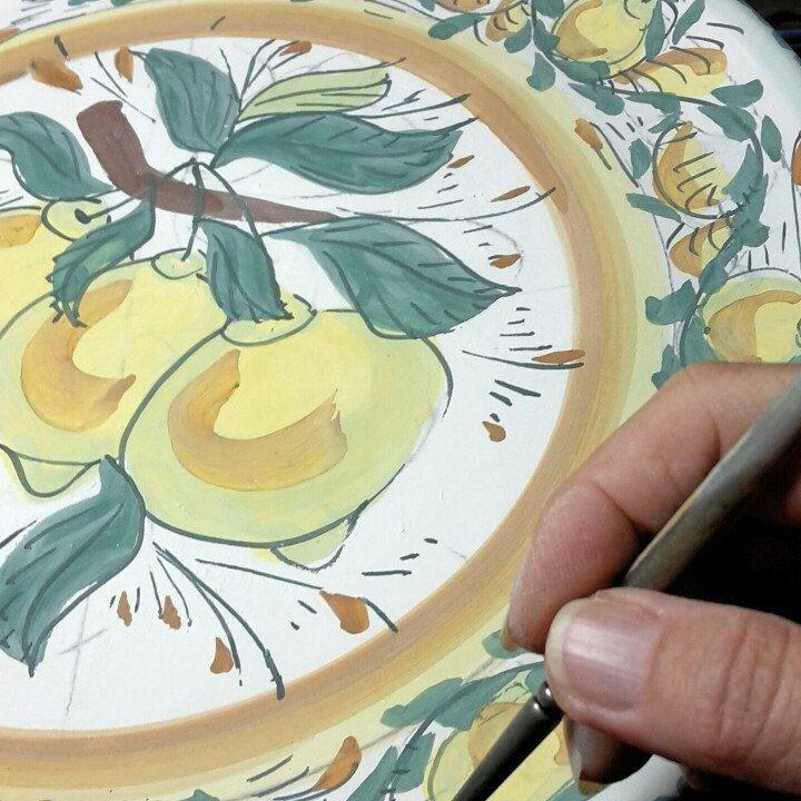 Eccomi al lavoro mentre sto decorando un  piatto con limoni, decorazione tipicamente siciliana. Realizzo i miei lavori con materiali, smalti e colori atossici, adatti ad uso alimentare. Inoltre,tutti i miei lavori,  sono lavabili in lavastoviglie  .