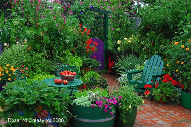 I'd love a little nook like this in my yard. To sit with my coffee and enjoy my garden.