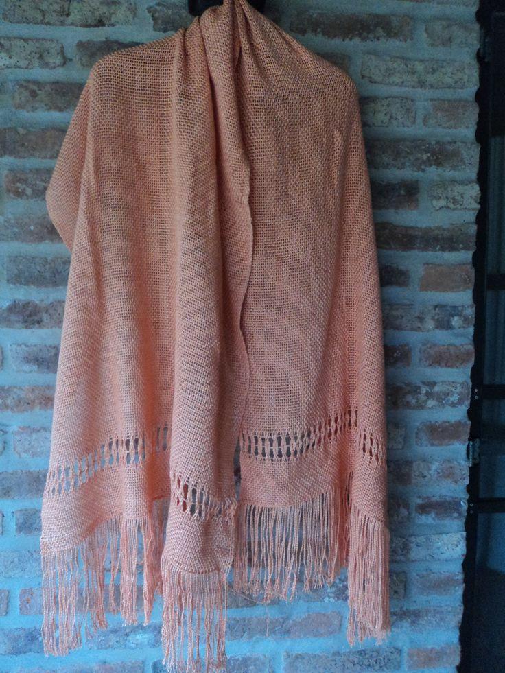 Pashmina color salmón en hilo de algodón con seda tejida en telar