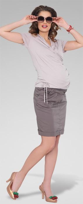 Fusta Sorella pentru gravide, asortata potrivit, poate completa perfect o tinuta business sau o tinuta casual. Are un model simplu, este o fusta dreapta, usor intoarsa in partea de jos, lungime medie (pana deasupra genunchiului), cu buzunare laterale si banda superioara de sustinere a burticii.