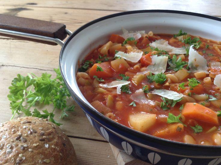 MAYS MINESTRONESUPPE: olivenolje 1 løk 1 fedd hvitløk 3 gulrøtter  3 poteter  2 stilker stangselleri 1 god neve strimlet kål (f.eks. hodekål) 1 liter vann + 1 grønnsaksbuljongterning, eller 1 ts buljongpulver 1 boks hakket hermetisk tomat, 400 ml 1 liten boks tomatpure 2 dl makaroni 1 ts oregano 1 ts basilikum salt pepper 1 boks tomatbønner, 400 gram masse fersk persille parmesan (gjerne med skalk/skorpe) godt brød/rundstykker