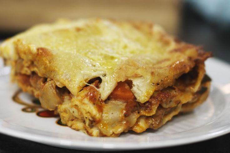 Een verse lasagne is puur comfort food. Met weinig tijd en enkele eenvoudige budgetvriendelijke ingrediënten zet je een forse schotel op de tafel. Je kan deze snelle lasagne ook op voorhand maken, zodat je bij gebrek aan tijd of als je gasten hebt heel snel de borden royaal kan vullen met een dampende Italiaanse klassieker.