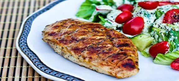 Een lekker koolhydraatarm hoofdgerecht, pittige gegrilde kipfilet. Dit is een heerlijk barbecue of grill gerecht met kipfilet en een marinade van limoen, olijfolie en rode peper vlokken