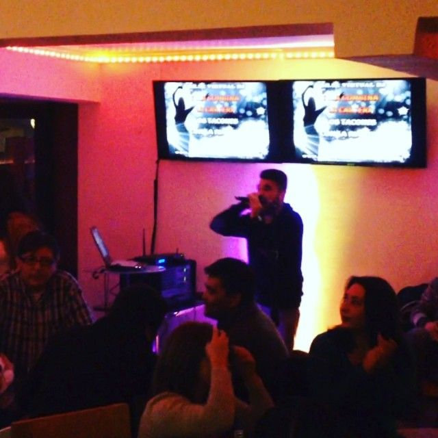 Alonso Lueiza en el Karaoke