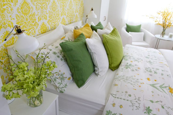 The white linen duvet, pillows with some pops of colour of yellow, green and white and turquoise throw cushions create a ton of texture and layers of luxury.