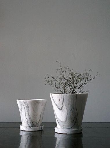 大理石柄のプランターポット植木鉢です。グレーの地層がベースのホワイトに美しく浮き上がり、見事に再現されています。ニューヨークスタイルのインテリアショップ ideot 。クラシカルかつモダンで洗練されたアイテムを提案します。