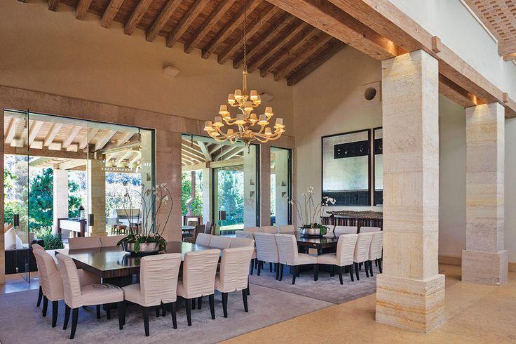 Enclavada en una zona boscosa de la Ciudad de México esta residencia posee el carácter de una típica villa italiana.