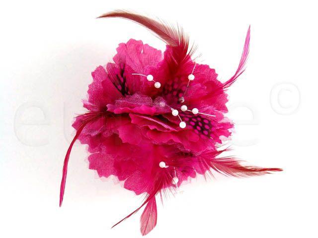 || magenta bloem corsage met veren en witte kralen || magenta flower corsage with beads and feathers ||