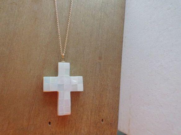モザイクシェルの十字架ネックレスです。です。サイズは40センチ+延長ジャスター5センチです。また、ご希望のサイズがあれば沿わせてさせていただきます。メッキです...|ハンドメイド、手作り、手仕事品の通販・販売・購入ならCreema。