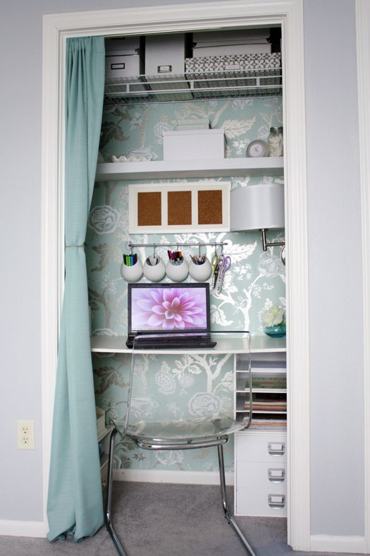 office in a closet... how cute: Small Closet, Closet Offices, Home Tours, Offices Spaces, Small Offices, Guest Rooms, Offices Nooks, Home Offices, Closet Desks