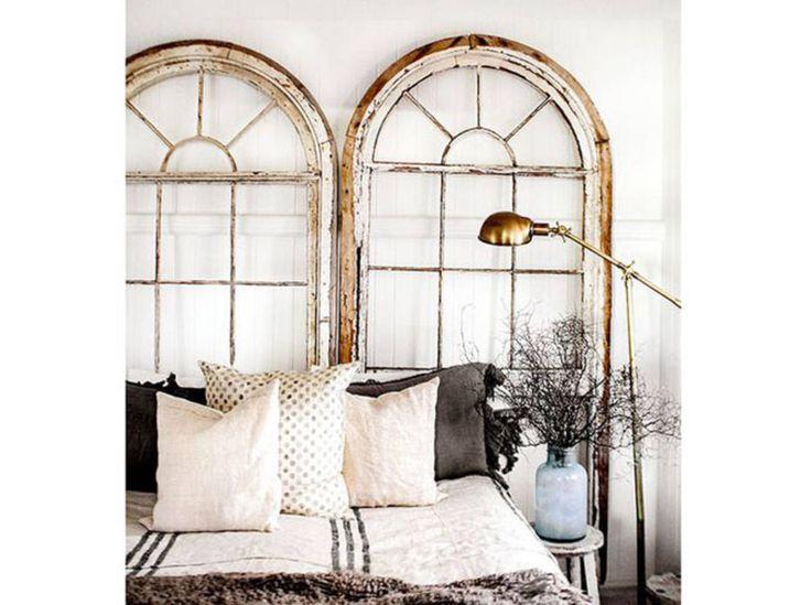 Des fenêtres récup en tête de lit
