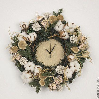 Купить или заказать Праздничные уютные часы в интернет-магазине на Ярмарке Мастеров. Настенные часы для украшения зимнего интерьера. Часы изготовлены из качественной искусственной хвои и украшены коробочками хлопка и декором ручной работы. Диаметр 38 см.