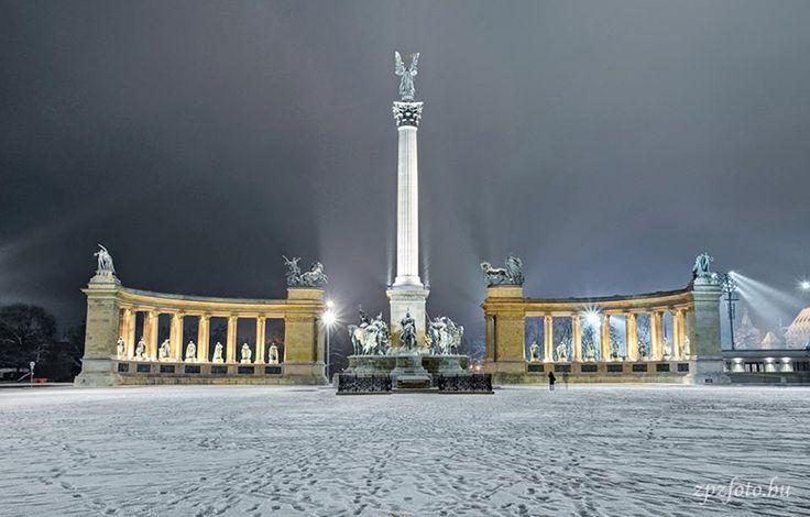 Budapesten a Hősök tere hóesésben