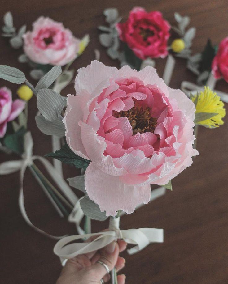 Mais uma peônia repolhuda pra desejar boa noite! Lembram das fotos com as madrinhas lindas da Isa segurando buquês de papel? Então, esse foi um dos buquês!  #flordepapelcrepom #buquedepapel #crepepaperflower #paperpeony