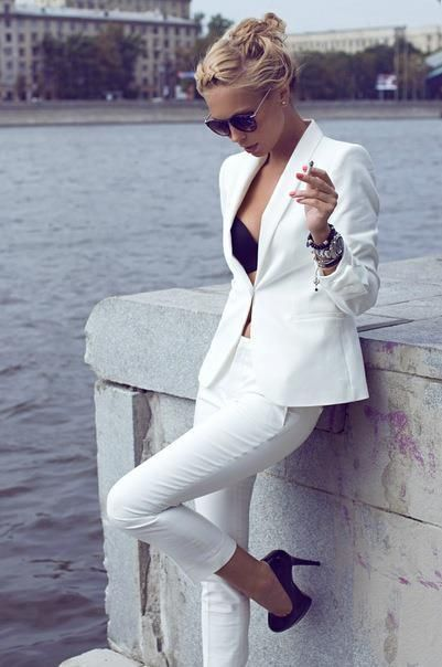 white suit.: All White, White Blazers, Black White, White Outfits, White Pants, Classic White, Black Heels, White Suits, Pants Suits