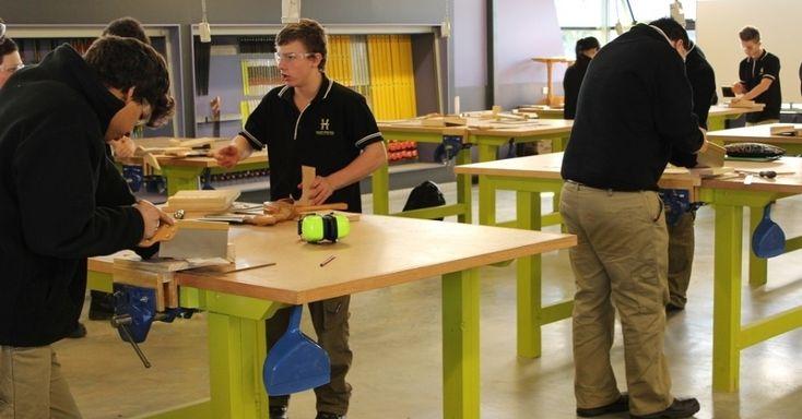 O Harvester é um colégio técnico na Austrália em que os adolescentes saem com um diploma do ensino médio e uma capacitação profissional. É possível escolher cursos como alvenaria, eletrotécnica, cabeleireiro, indústrias criativas e construção. Os espaços de aprendizagem são flexíveis e contribuem para a formação teórica e prática dos alunos.  Fotografia: Divulgação.