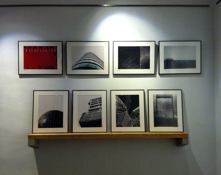 Las fotos urbanas de VictorM y una estantería de [ri:'meik] de hormigón y madera. Lo encontrarás en exclusiva en ['galəri], @galeribcn