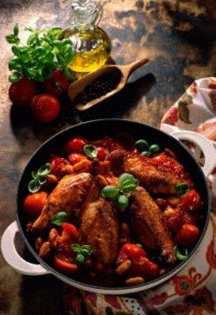 Italienisches Tomatenhuhn Rezept: Personen,Hähnchenbrüste,Salz,Cayennepfeffer,Zwiebeln,Tomaten,Chilischote,Olivenöl,Rosé-Wein,Bohnenkerne,Basilikum,Zitronensaft