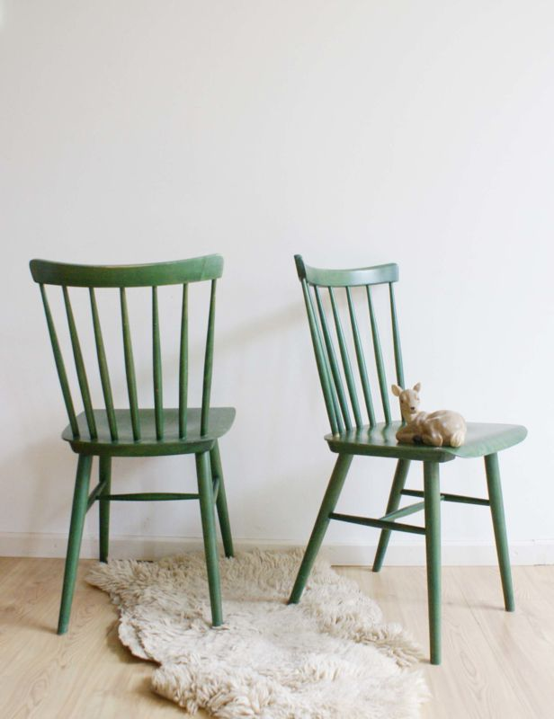 2 groene vintage spijlenstoelen. Set houten retro keukenstoel, Ligna Czechoslovakia