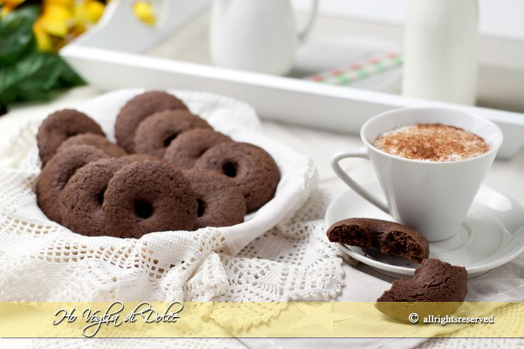 Biscotti al cacao con panna, ricetta macine al cioccolato. Biscotti per la colazione, per il tè, per uno spuntino pomeridiano. Biscotti al cacao facili e veloci
