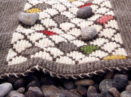 Rocce rosse e sassi levigati compongono la preziosa marina di Gairo, un luogo incantato che ha ispirato il nuovo oggetto di casa Joias: il tappeto Coccorrocci, dal nome dell'omonima spiaggia