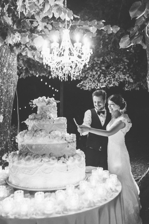 Cutting of the wedding cake at Villa Bernardini in Lucca | Photography by Lara Emme