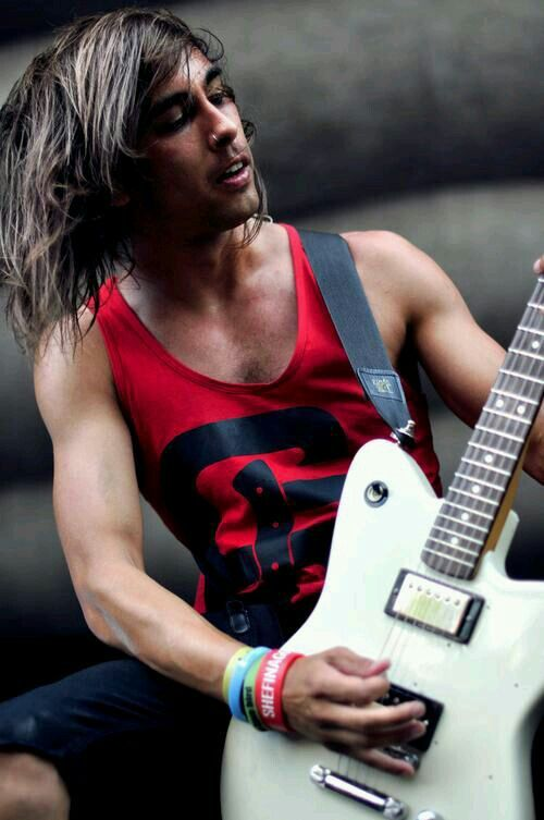 Tattooless wonderboy vic fuentes from pierce the veil ...