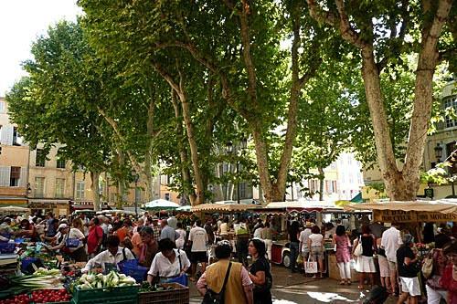 Aix-en-Provence (ci-dessus le marche, place de l'hotel de ville)