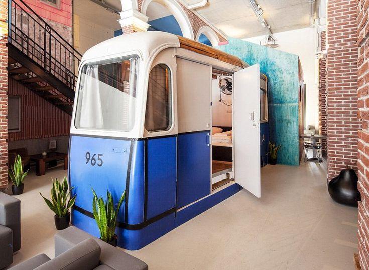 Si trova ad Amsterdam l'Hotel-Non-Hotel, e ambisce a diventare l'albergo più eccentrico del mondo. Se da fuori la facciata è del tutto normale, una volta entrati si intuisce subito che è diverso dal solito, e lo dimostrano le sue 15 camere, ognuna diversa dall'altra e costruita come un'opera d'arte, spiega il sito. Alla prezzo di circa 70 euro, e con i bagni in comune, gli ospiti possono scegliere se dormire nella carrozza di un vecchio tram oppure in un nido di corvo in cima a una scala a…