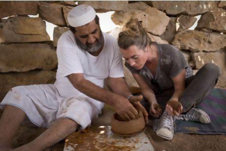 """Urdiendo sobre una superficie de trabajo giratoria (""""pretorneta"""") formada por un cuenco de base convexa en los Emiratos Árabes Unidos. El alfarero Ahmed Rashed Mohammed Al Haymar en las colinas de Wadi Haqil"""