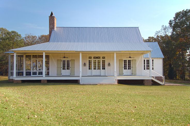 Amazing country farmhouse with metal roof and all-white #farmhouse
