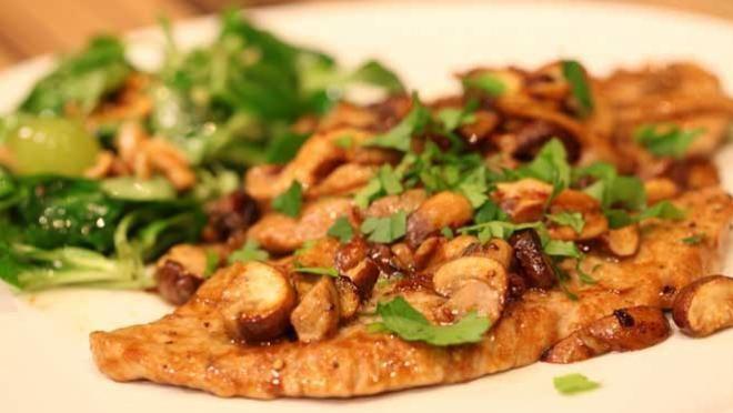 Scaloppine al marsala con funghi misti en salade met walnoten en druiven - recept | 24Kitchen